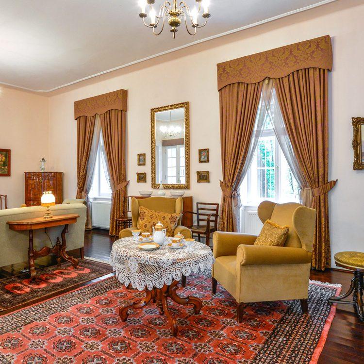 Kiskastély,-Borbála-lakosztály-nappali_Small-mansion,-Borbala-suite-living-room